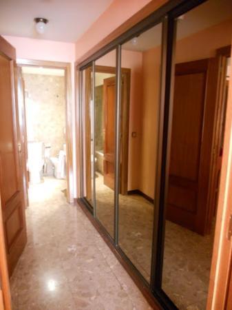 Foxa 32 Suites: Pasillo de la habitación al baño