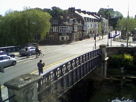 ‪‪Premier Inn Norwich Nelson City Centre Hotel‬: View of the bridge over the RIver Wensum‬