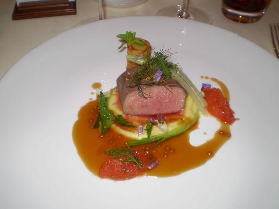 Restaurant Haerlin: Lammefilet med hvit gulrotpure, tomatkompot og potet Boulangère