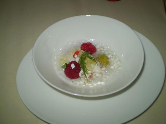 Restaurant Haerlin: Mellomrett før dessert bær og urte suppe