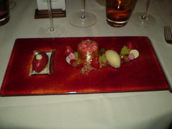 """Restaurant Haerlin: Jordbærsorbet med Campagnespuma """"Fusion"""" dessert."""