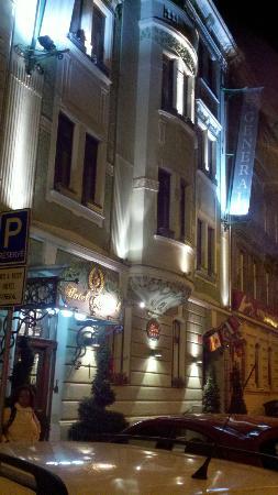 Hotel General: Hotel at night
