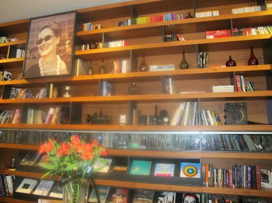 Hotel Astoria 7: biblioteca