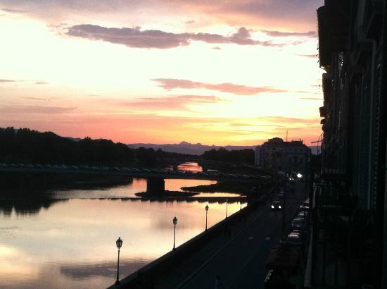 ريزيدنزا فيزبوتشي: sunset on the Arno from Vespucci