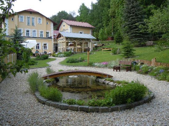 SwissHouse Apartments & Spa: Blick auf Hotel und Garten