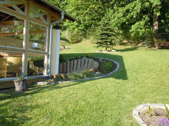 SwissHouse Apartments & Spa: Sicht auf Garten und Pavillon