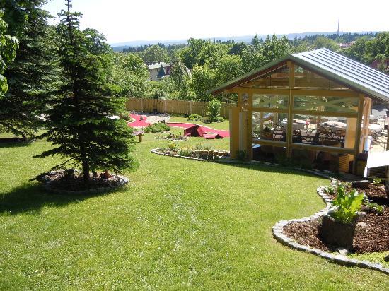 SwissHouse Apartments & Spa : Blick auf die Gartenanlage