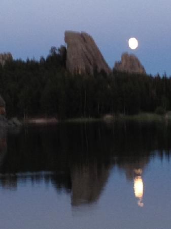 Sylvan Lake Lodge: sylvan lake in the evening
