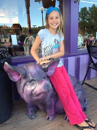 Sylvan Lake Lodge: purple pig outside the pie palace
