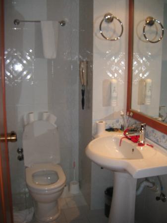L'Etoile Hotel: Bathroom