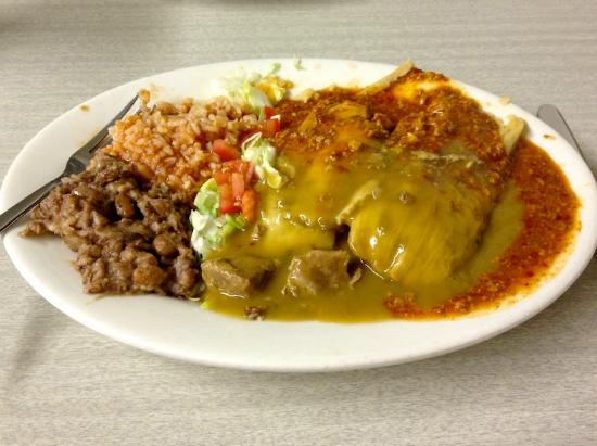 La Cosina Cafe: Tamale platter with green and red (had to try both)