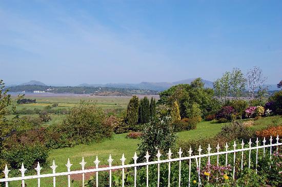 Tremeifion Vegetarian Hotel: View of garden & Afon Dwyryd estuary from the terrace.