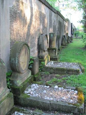 Judischer Friedhof: along the rampart