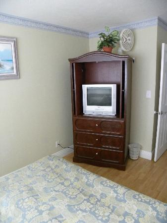 The Inn at Sunset Cliffs: Smaller tv in second room, along with a few drawers.