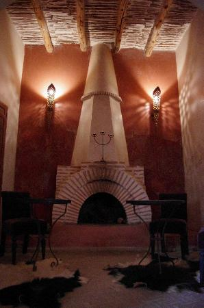 Riad les Inseparables: Fire place at the Bar area