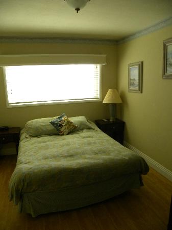 The Inn at Sunset Cliffs: Bedroom, bad photo color, room is actually very bright and airy.