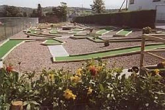 The Arches Farmhouse: Our crazygolf course