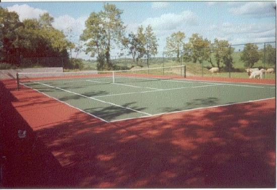 The Arches Farmhouse: The tennis court