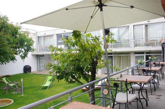 Vitoria Village: Blick vom Frühstücksraum auf Garten und Studios