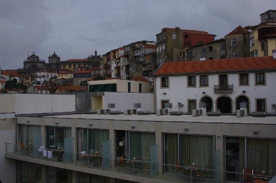Vitoria Village: Studios mit Hotel (Rezeption und Autolift) im Hintergrund