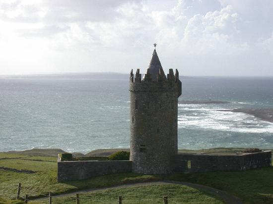 Emohruo Bed and Breakfast: Doonagore Castle overlooking the Atlantic Ocean