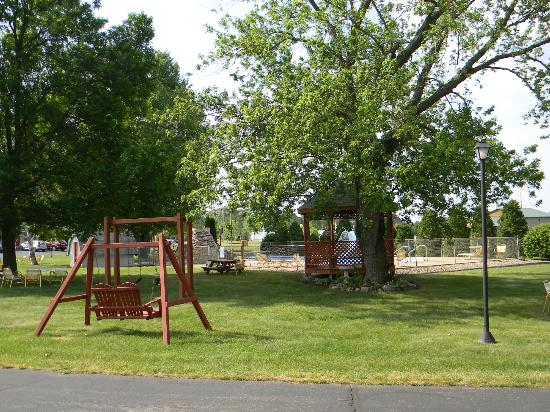 Day's End Motel: Swing, gazebo and play area