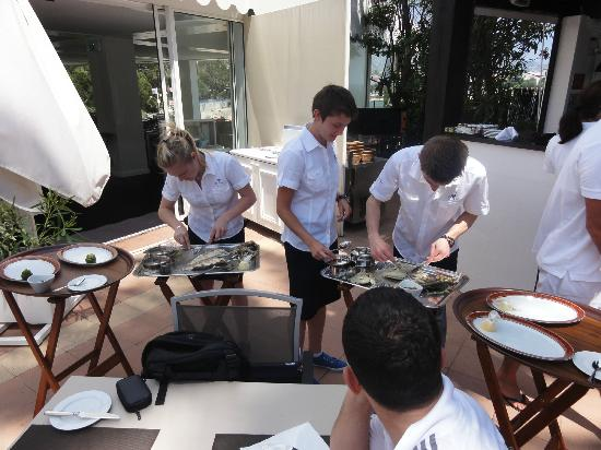 Hotel Royal-Riviera : Staff filleting the fish at poolside bar restaurant