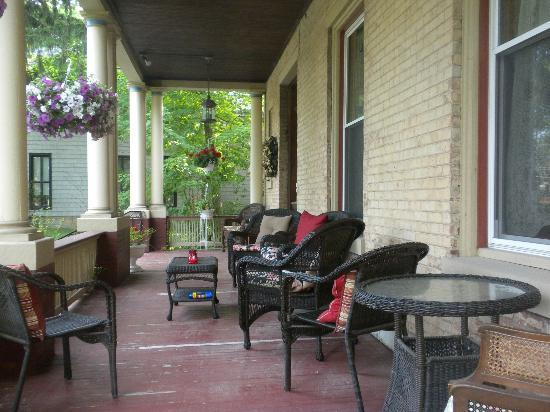Barrister's Bed & Breakfast: Front porch is inviting for quiet mornings, or evening gatherings with fellow travelers.