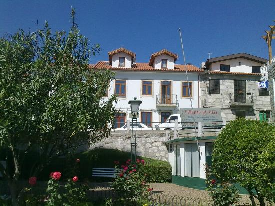 Casa dos Rui's Turismo Real: View of front of casa from the park opposite