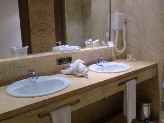 Hotel Serrano Palace: Baño
