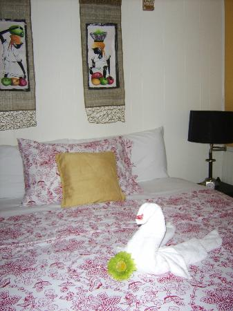 The Rex Motel : Carribean Room with towel swan