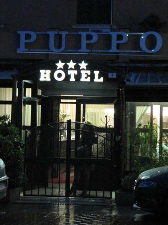 Albergo Puppo: hotel puppo ingresso visto da piazza calasetta