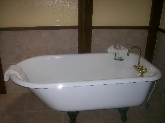 Driftwood Resort : Tub in 111E