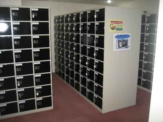 Shinjuku Kuyakushomae Capsule Hotel: Shoe Lockers