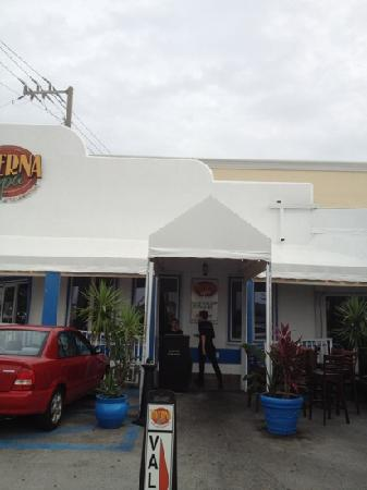 Taverna Opa : front entrance in parking area