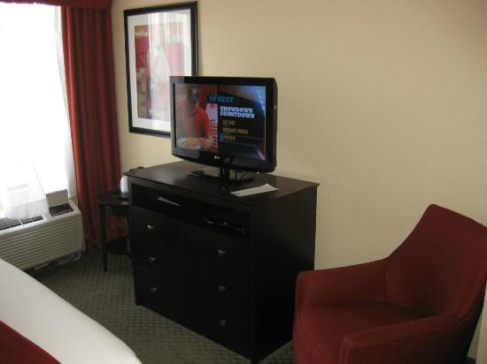 Holiday Inn Express & Suites Knoxville-North-I-75 Exit 112: good selection of HDTV channels