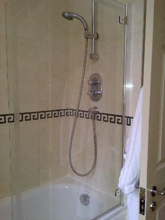 The Beaufort Hotel: shower