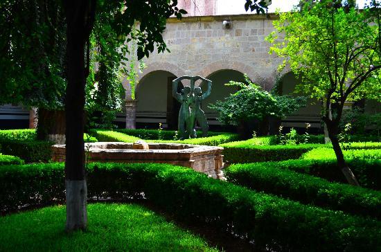 Conservatorio de las Rosas: Artwork and garden