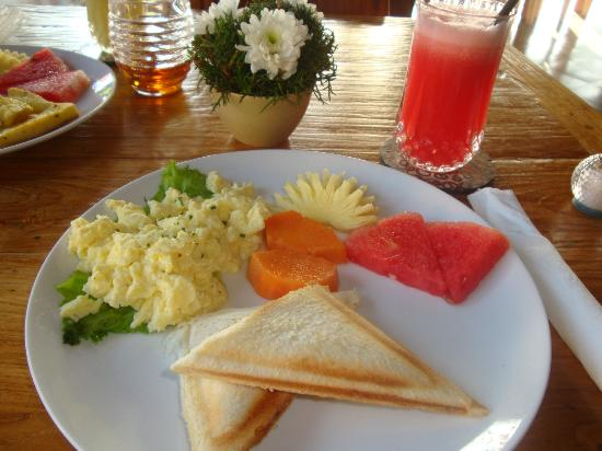 Inata Hotel Monkey Forest : INATA Breakfast: Banana Jaffles w/Watermelon Juice