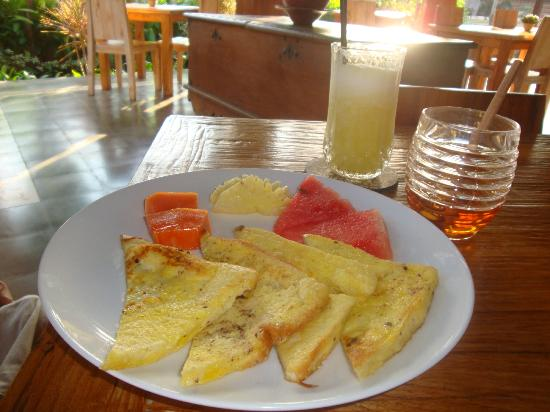 ‪‪Inata Hotel Monkey Forest‬: INATA Breakfast: French Toasts w/Tropical Fruits‬