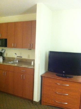 Holiday Inn Express Suites Southfield : kitchen on the king suite