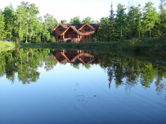 Superior Gateway Lodge Organic Bed and Breakfast: Pond View