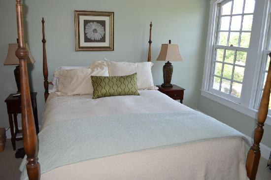 Captain Freeman Inn: Four-poster bed in Wellfleet