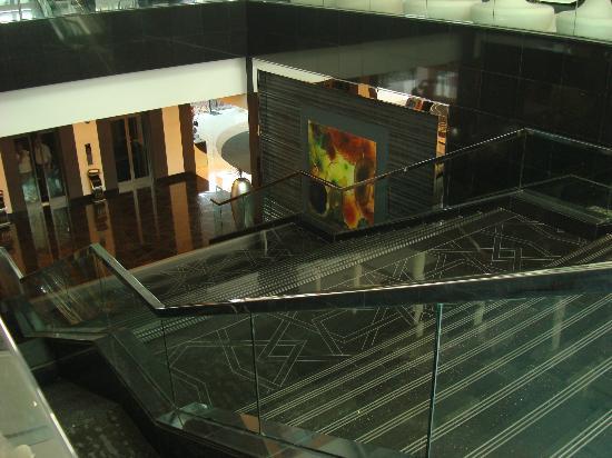 Fairmont Bab Al Bahr: Escaleras al subsuelo (restaurants, piscinas, jardines)
