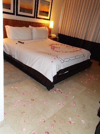 Santa Maria Suites Hotel: Rose Petal Turndown