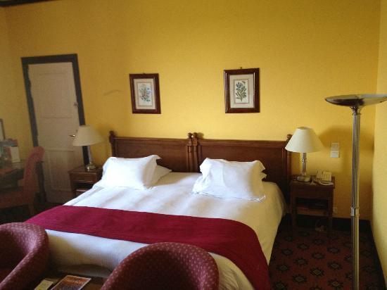 Hôtel Barrière L'Hôtel du Golf Deauville: room, old carpet, old furniture