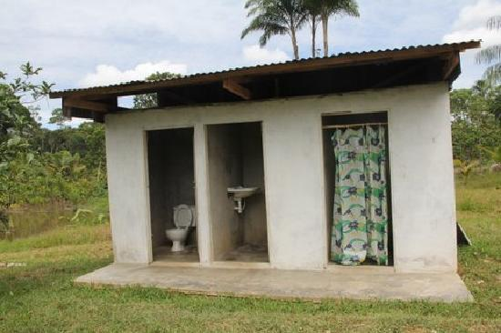 Maniti Expeditions Eco-Lodge: The one bathroom and shower for all guests