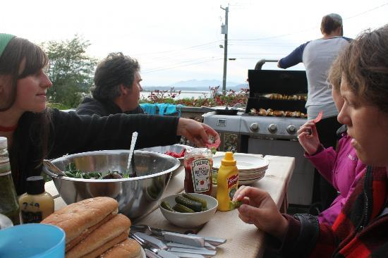 Tofino Travellers Guesthouse : BBQ on the deck