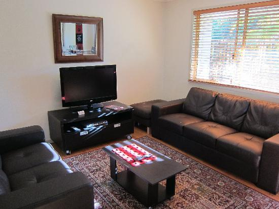 Byron Lakeside Apartments: Comfortable Lounge