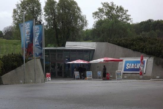 SEA LIFE München: 外観。一目では水族館の入口とはわかりません
